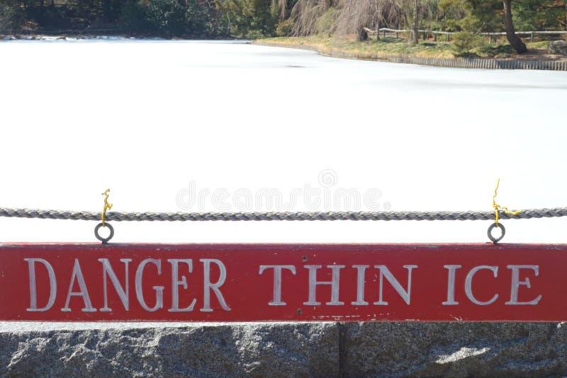 Ο κίνδυνος λεπταίνει τον πάγο στοκ φωτογραφία