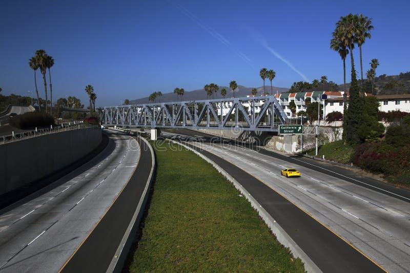 Ο κίτρινος δρόμωνας οδηγεί τη διαδρομή 101 στη λεωφόρο Καλιφόρνιας, Ventura, Καλιφόρνια, ΗΠΑ στοκ φωτογραφία με δικαίωμα ελεύθερης χρήσης