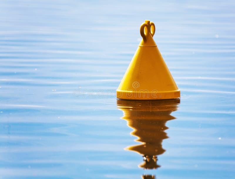 Ο κίτρινος σημαντήρας στη θάλασσα στοκ εικόνες με δικαίωμα ελεύθερης χρήσης