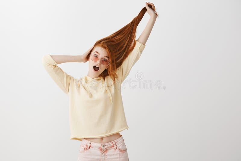 Ο καθένας είναι ζηλότυπος της όμορφης τρίχας της Πορτρέτο εύθυμος εκφραστικός νέος redhead στα μοντέρνα ενδύματα και το ροζ στοκ φωτογραφίες