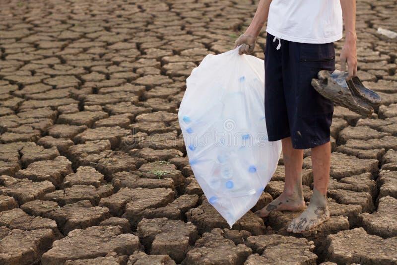 Ο καθαρίζοντας ποταμός και σώζει τον κόσμο από την πλαστική έννοια στοκ φωτογραφία με δικαίωμα ελεύθερης χρήσης