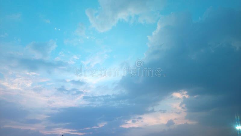 Ο καθαρός και ο μπλε ουρανός στοκ εικόνα