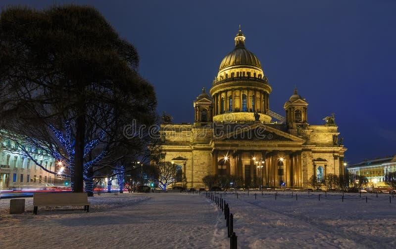 Ο καθεδρικός ναός και τα φανάρια του ST Isaac διακόσμησαν τα δέντρα στο τετράγωνο το χειμώνα στη Αγία Πετρούπολη στοκ φωτογραφίες με δικαίωμα ελεύθερης χρήσης