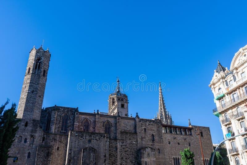 Ο καθεδρικός ναός της Βαρκελώνης, λεπτομέρεια της δευτερεύουσας πρόσοψης στο χαρακτηριστικό γοτθικό ύφος, με ένα ιππικό άγαλμα στ στοκ εικόνα