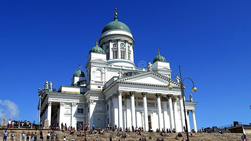 Ο Καθεδρικός Ναός του Ελσίνκι εντυπωσιακός χώρος με γαλάζιο ουρανό, Ελσίνκι, Φινλανδία στοκ φωτογραφίες με δικαίωμα ελεύθερης χρήσης