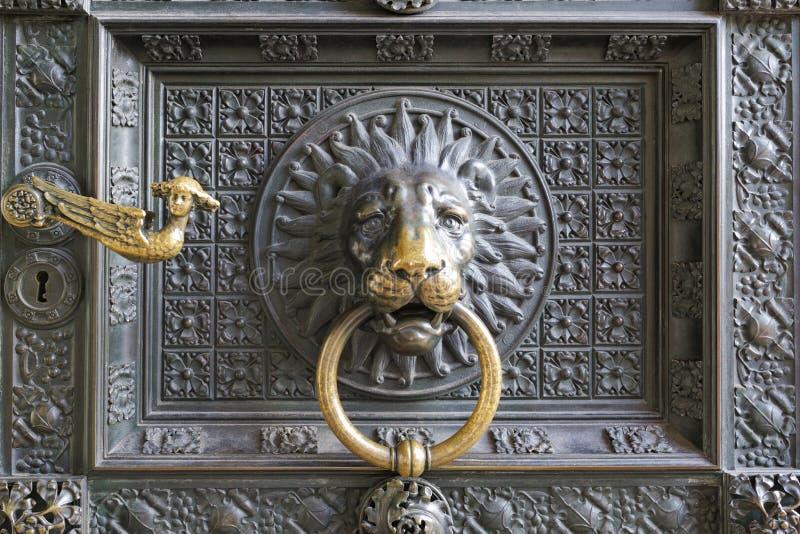 ο καθεδρικός ναός Koln ρόπτρων, ένα λιοντάρι επιβολής είναι το πρόσωπο που κρατά το δαχτυλίδι στοκ εικόνα με δικαίωμα ελεύθερης χρήσης
