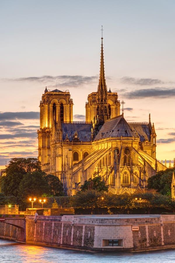 Ο καθεδρικός ναός της Notre Dame στο ηλιοβασίλεμα στοκ εικόνες