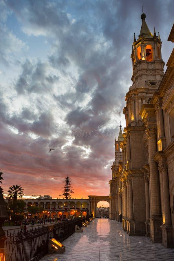 Ο καθεδρικός ναός Arequipa, Περού, στο σούρουπο στοκ φωτογραφίες