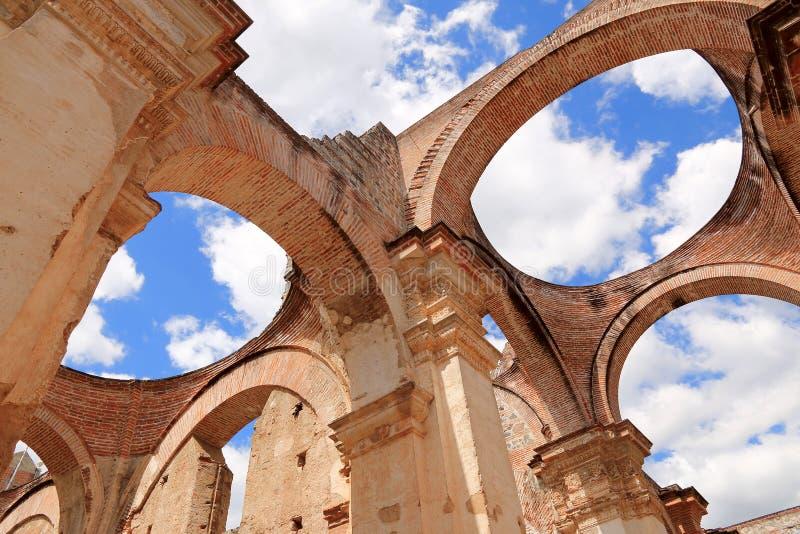Ο καθεδρικός ναός de Σαντιάγο είναι Ρωμαίος - καθολική εκκλησία, Αντίγκουα Γουατεμάλα στοκ εικόνες