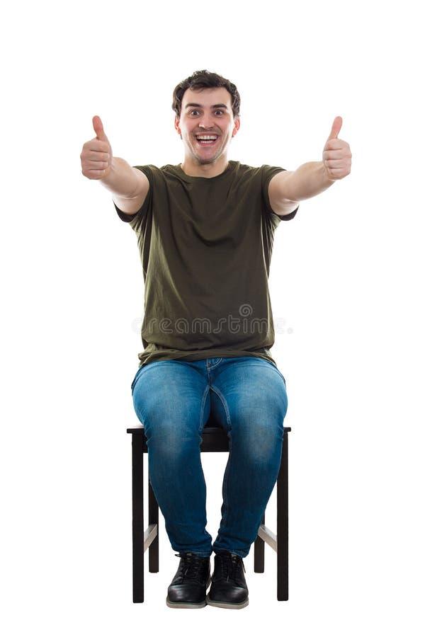 Ο καθισμένος τύπος φυλλομετρεί επάνω στοκ εικόνα