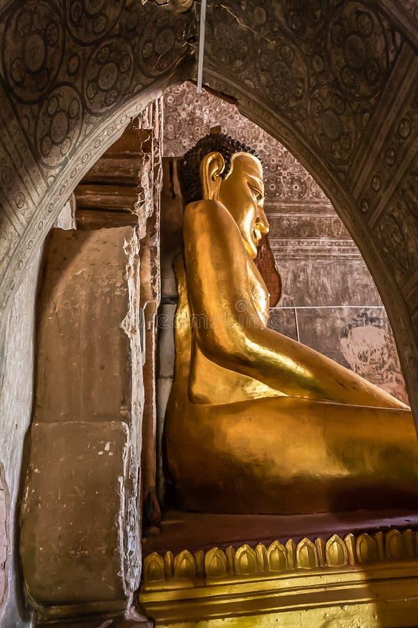 Ο καθισμένος χρυσός Βούδας στο ναό Htilominlo, παλαιό Bagan, το Μιανμάρ στοκ φωτογραφίες με δικαίωμα ελεύθερης χρήσης