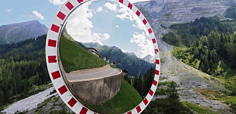 Ο καθρέφτης καμπυλών κυκλοφορίας, ασφάλεια καθρεφτών κυκλοφορίας στοκ εικόνα με δικαίωμα ελεύθερης χρήσης