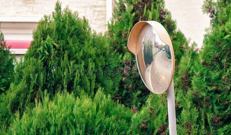 Ο καθρέφτης καμπυλών κυκλοφορίας στοκ φωτογραφία με δικαίωμα ελεύθερης χρήσης