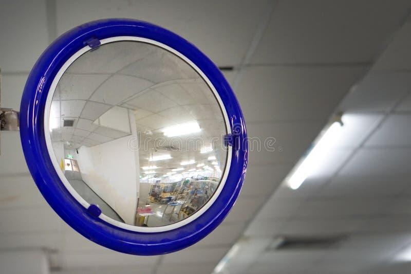 Ο καθρέφτης καμπυλών κυκλοφορίας στοκ εικόνες