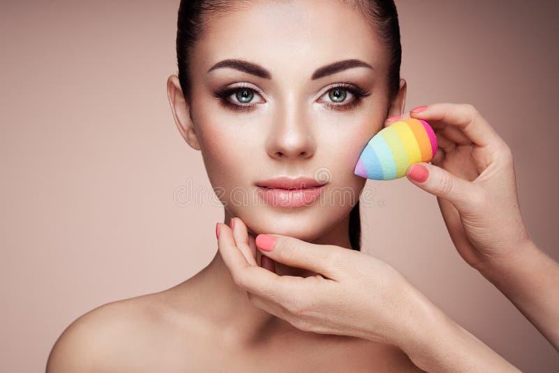 Ο καλλιτέχνης Makeup εφαρμόζει το skintone στοκ φωτογραφίες