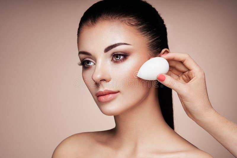 Ο καλλιτέχνης Makeup εφαρμόζει το skintone στοκ εικόνα