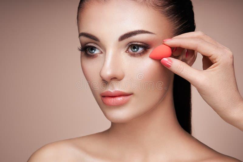 Ο καλλιτέχνης Makeup εφαρμόζει το skintone στοκ εικόνα με δικαίωμα ελεύθερης χρήσης