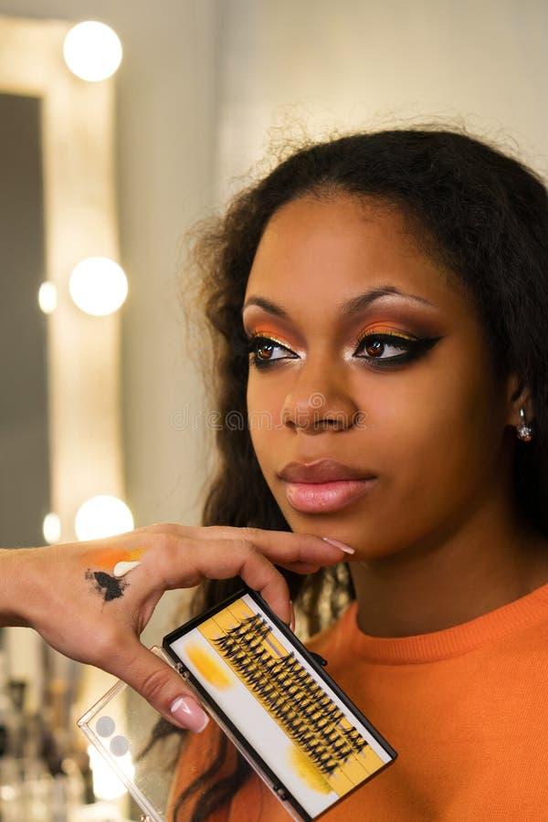 Ο καλλιτέχνης Makeup ισχύει makeup στο πρόσωπο του κοριτσιού στοκ φωτογραφίες