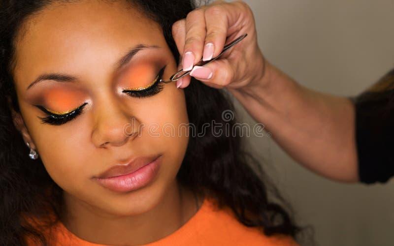 Ο καλλιτέχνης Makeup ισχύει makeup στο πρόσωπο του κοριτσιού στοκ φωτογραφία