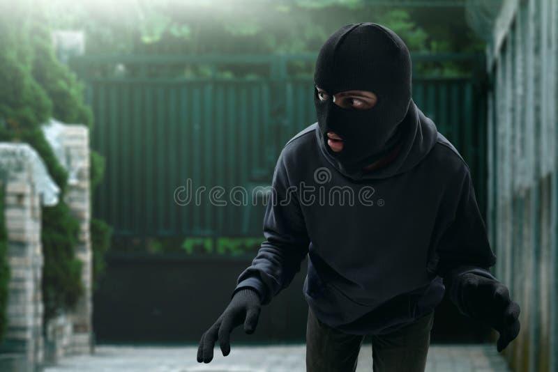Ο καλυμμένος κλέφτης γλιστρά στο σπίτι στοκ εικόνες με δικαίωμα ελεύθερης χρήσης