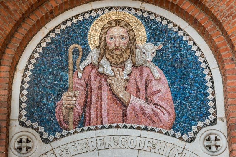 Ο καλός ποιμένας, ένα μωσαϊκό στην πύλη μιας δανικής εκκλησίας στοκ εικόνα με δικαίωμα ελεύθερης χρήσης