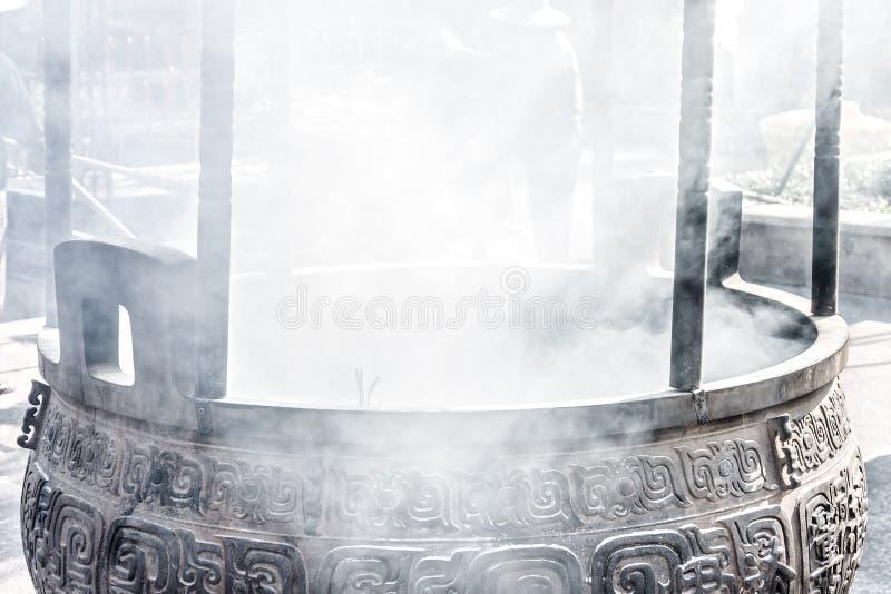 Ο καπνός από το δοχείο μετάλλων ραβδιών κινέζικων ειδώλων στοκ εικόνες με δικαίωμα ελεύθερης χρήσης