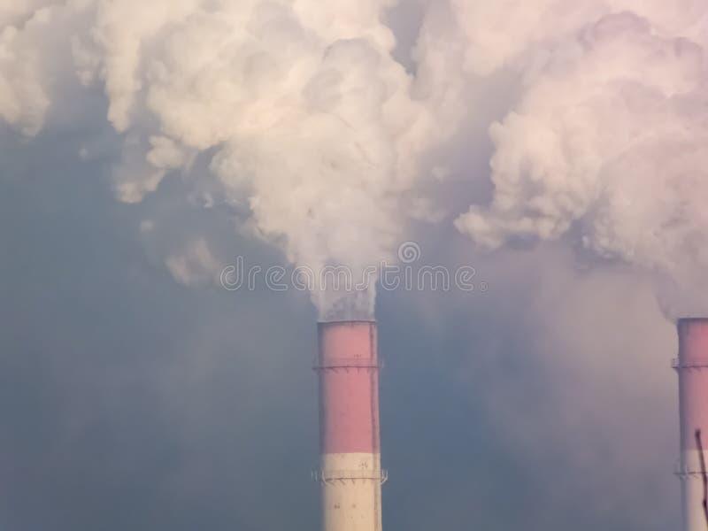 Ο καπνός σωλήνων, πραγματοποιεί τις επιβλαβείς εκπομπές στοκ φωτογραφία