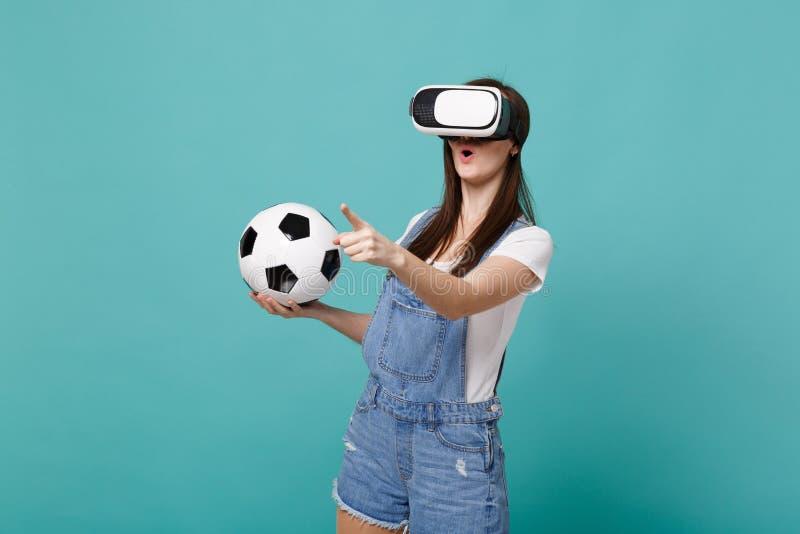 Ο κατάπληκτος οπαδός ποδοσφαίρου νέων κοριτσιών που κοιτάζει στην παίζοντας αφή σφαιρών ποδοσφαίρου εκμετάλλευσης κασκών κάτι σαν στοκ φωτογραφίες με δικαίωμα ελεύθερης χρήσης