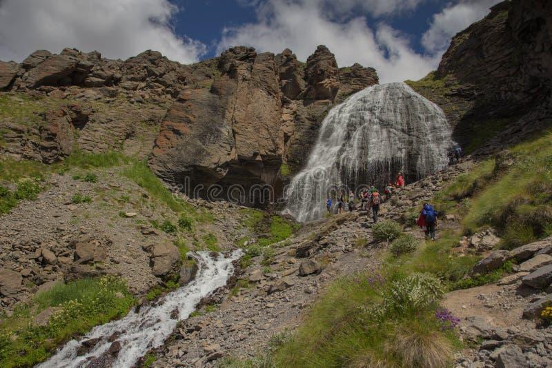 Ο καταρράκτης του δρεπανιού κοριτσιών στα βουνά της περιοχής Elbrus στοκ φωτογραφίες