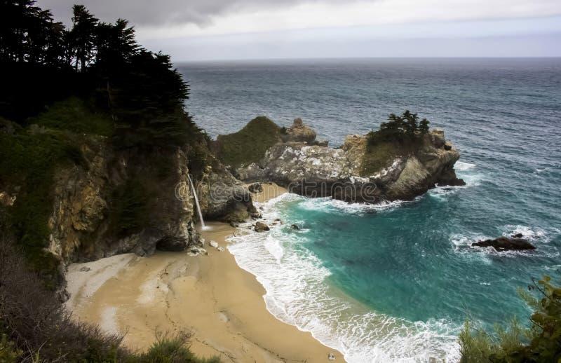 Ο καταρράκτης χύνει επάνω στην αμμώδη παραλία στην ακτή Καλιφόρνιας στοκ φωτογραφία με δικαίωμα ελεύθερης χρήσης