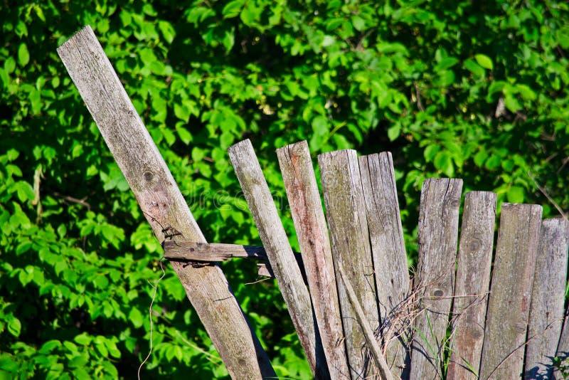 Ο καταρρεσμένος ξύλινος του χωριού φράκτης είναι στενός στοκ φωτογραφίες