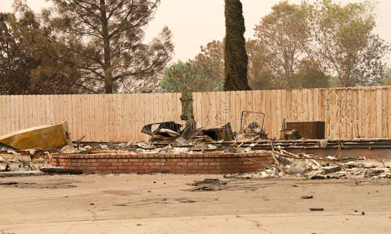 Ο κατ' οίκον φράκτης παραμένει άθικτος από Carr την πυρκαγιά στο ασβέστιο Redding στοκ εικόνα