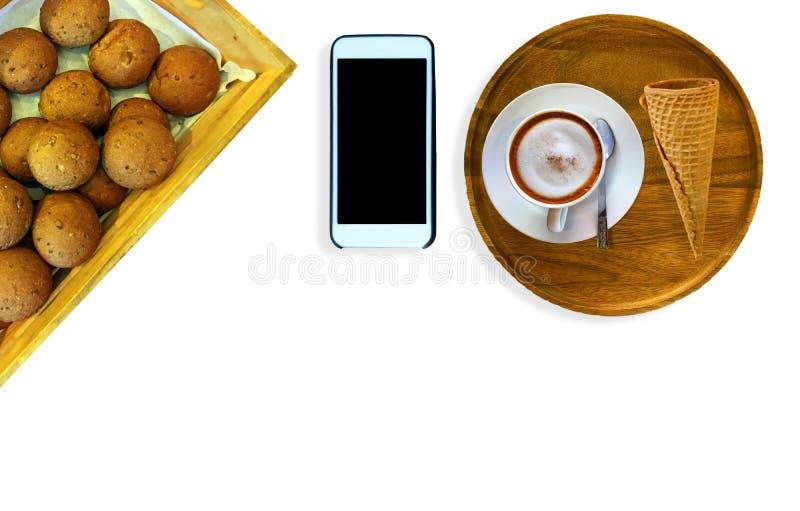 Ο καυτός καφές latte τοποθετείται σε έναν ξύλινο δίσκο στοκ φωτογραφία