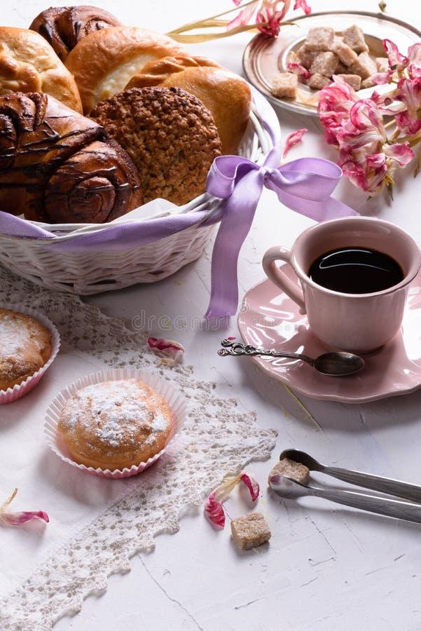 Ο καφές και η γαλλική ζύμη, επιδόρπια για το πρόγευμα με την τουλίπα άνοιξη ανθίζουν, εκλεκτής ποιότητας φλυτζάνι πορσελάνης πρόγ στοκ εικόνες με δικαίωμα ελεύθερης χρήσης