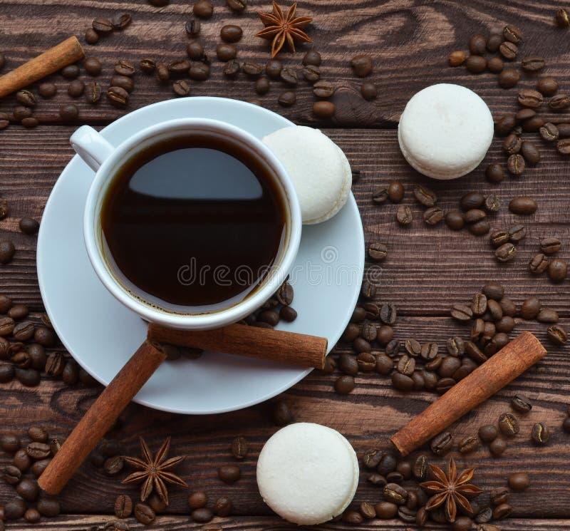 Ο καφές και τα κέικ είναι στον πίνακα στοκ εικόνες με δικαίωμα ελεύθερης χρήσης