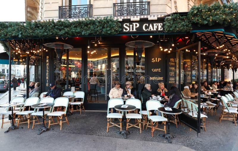 Ο καφές Babylon γουλιών είναι χαρακτηριστικός παρισινός καφές που διακοσμείται για τα Χριστούγεννα, Παρίσι, Γαλλία στοκ φωτογραφίες