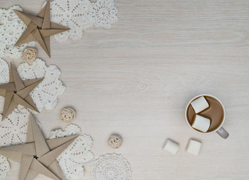 Ο καφές, marshmellows, αστέρια, doilies στο ελαφρύ υπόβαθρο, επίπεδο βάζει, τοπ άποψη, διάστημα αντιγράφων στοκ εικόνες