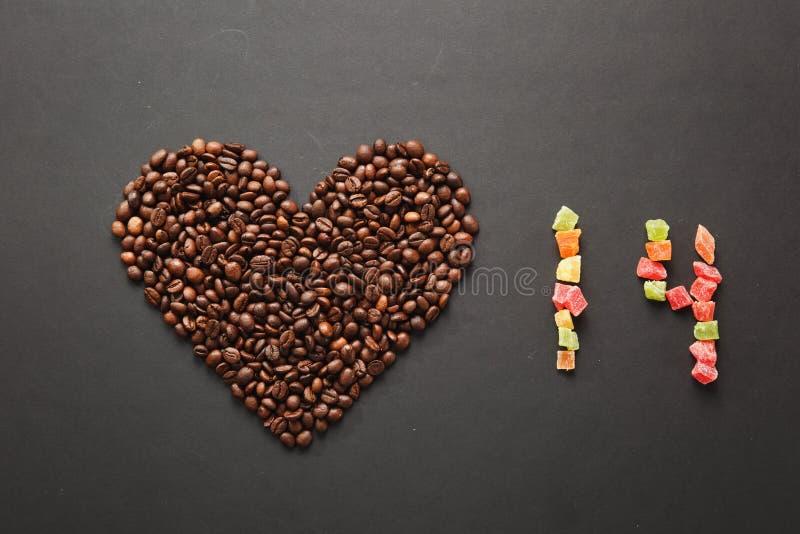 Ο καφετής καφές στο μαύρο υπόβαθρο σύστασης για το σχέδιο Κάρτα ημέρας του βαλεντίνου Αγίου σε fabruary 14, έννοια διακοπών στοκ εικόνα με δικαίωμα ελεύθερης χρήσης