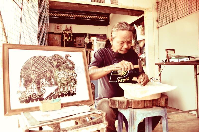 Ο καλλιτέχνης δημιουργεί τη βιοτεχνία με τη χρησιμοποίηση του δέρματος βούβαλων στοκ φωτογραφία με δικαίωμα ελεύθερης χρήσης