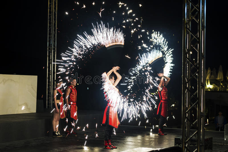 Ο καλλιτέχνης την ώρα της παράστασης πυρκαγιάς την πυρκαγιά παρουσιάζει στοκ εικόνα με δικαίωμα ελεύθερης χρήσης