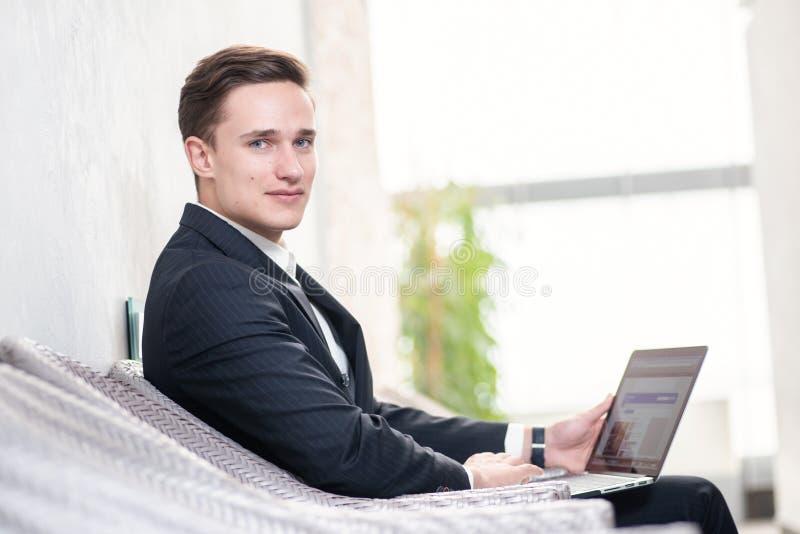 Ο καλύτερος υπάλληλος Βέβαιος επιχειρηματίας που σκέφτεται για την επιχείρηση στοκ φωτογραφίες με δικαίωμα ελεύθερης χρήσης