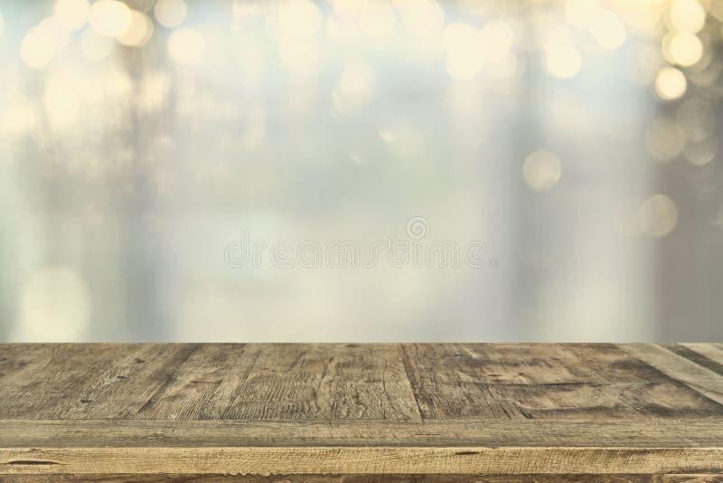 ο κενός επιτραπέζιος πίνακας και bokeh το υπόβαθρο φω'των επίδειξη προϊόντων και έννοια πικ-νίκ στοκ φωτογραφία με δικαίωμα ελεύθερης χρήσης