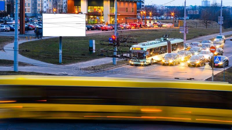 Ο κενός πίνακας διαφημίσεων στην οδό πόλεων νύχτας, χλευάζει επάνω στοκ φωτογραφία με δικαίωμα ελεύθερης χρήσης