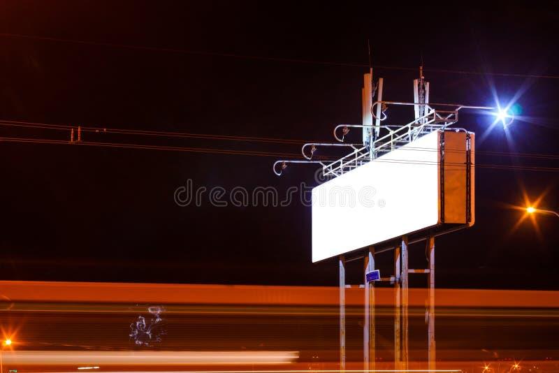 Ο κενός πίνακας διαφημίσεων στην οδό πόλεων νύχτας, χλευάζει επάνω στοκ φωτογραφίες με δικαίωμα ελεύθερης χρήσης