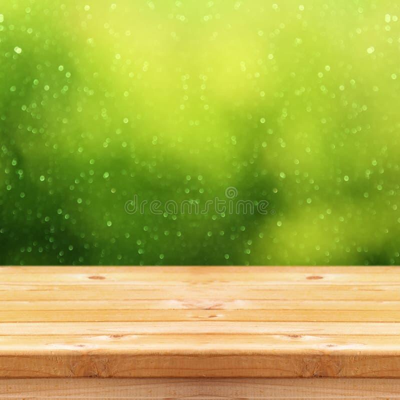 Ο κενός πίνακας μπροστά από πράσινο ακτινοβολεί υπόβαθρο στοκ εικόνες
