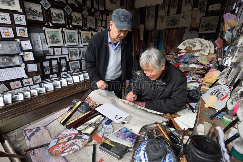 Ο κινεζικός καλλιτέχνης δημιουργεί τα παραδοσιακά αναμνηστικά στοκ εικόνα με δικαίωμα ελεύθερης χρήσης