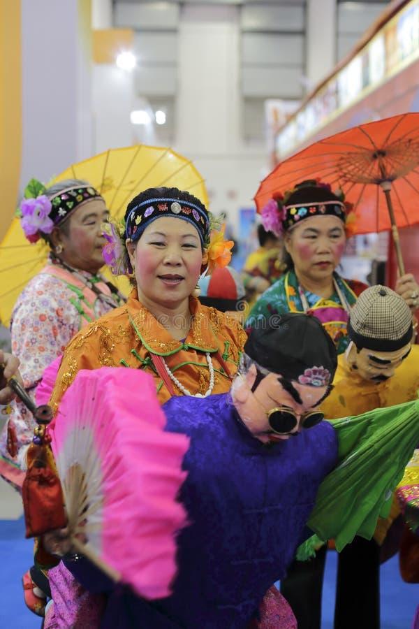 Ο κινεζικός παραδοσιακός λαός, φέρνει τη σύζυγο στην πλάτη στοκ εικόνες
