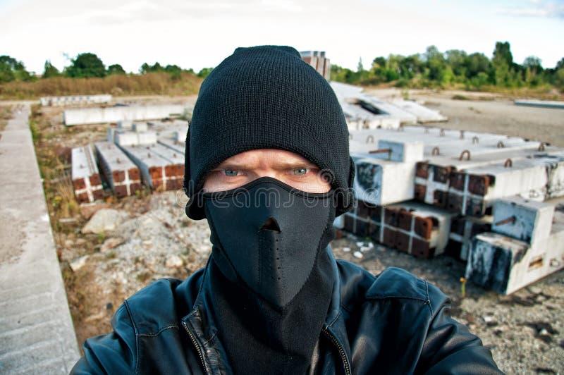 Ο κλέφτης βγάζει το κάμερα ασφαλείας στοκ εικόνα