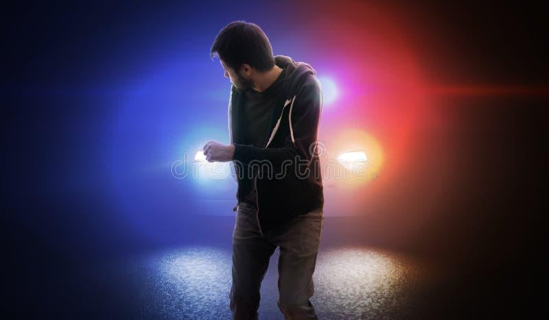 Ο κλέφτης δραπετεύει και τρέχει μακριά από το περιπολικό τη νύχτα στοκ εικόνες με δικαίωμα ελεύθερης χρήσης