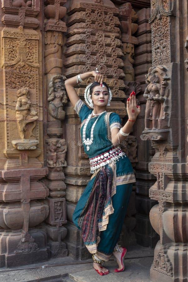 Ο κλασσικός χορευτής Odissi εξετάζει τον καθρέφτη στο ναό Mukteshvara, Bhubaneswar, Odisha, Ινδία στοκ εικόνα με δικαίωμα ελεύθερης χρήσης
